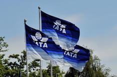 Banderas de la Asociación Internacional de Transporte Aéreo (IATA, por sus siglas en inglés), expuestas en una reunión del organismo en Dublín, jun 1, 2016. La demanda mundial de viajes aéreos terminó 2016 con muy buenas cifras, ya que un crecimiento de dos dígitos en Oriente Medio, Asia Pacífico y Europa generó un incremento interanual de 8,8 por ciento en toda la industria en diciembre, informó el jueves la Asociación Internacional de Transporte Aéreo (IATA, por sus siglas en inglés).  REUTERS/Clodagh Kilcoyne