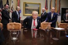 El presidente de Estados Unidos, Donald Trump, asiste a una reunión con líderes legislativos para discutir acuerdos comerciales en la Casa Blanca, en Washington. 2 de febrero de 2017. Trump reiteró el jueves sus preocupaciones sobre el Tratado de Libre Comercio de América del Norte (TLCAN) y dijo que le gustaría apurar las conversaciones para renegociar o reemplazar el acuerdo.  REUTERS/Carlos Barria