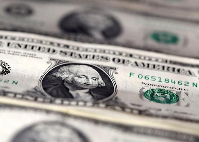2月2日、終盤のニューヨーク外為市場では、ドルが他の主要通貨に対して下げ渋った。欧州時間帯には昨年11月半ば以来の安値をつけたが、その後は下げ幅を縮小した。写真はドル紙幣、2016年11月撮影(2017年 ロイター/Dado Ruvic)