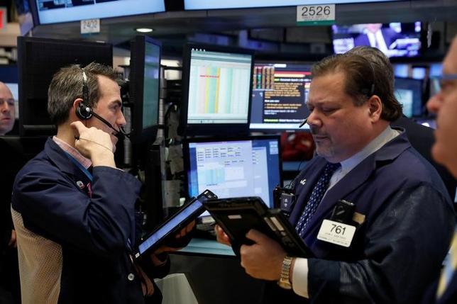 2月2日、米国株式市場は、横ばい圏で引けた。トランプ米大統領の通商問題を巡る発言や今後の政策姿勢について警戒感が強まり、相場の停滞ムードが続いた。写真はニューヨーク証券取引所、1月31日撮影(2017年 ロイター/Lucas Jackson)