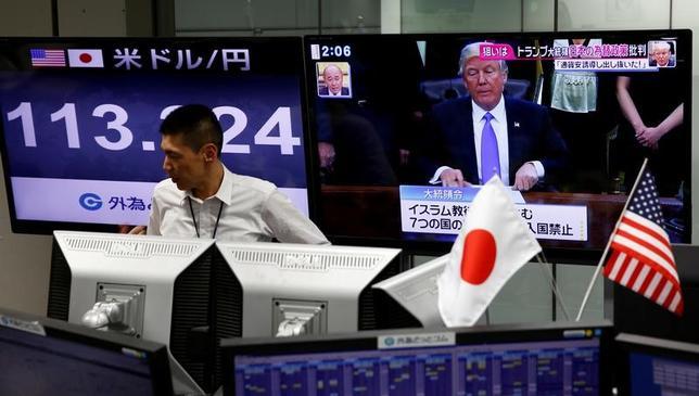 2月3日、麻生財務相は、為替政策に関し「通貨の競争的切り下げを回避するとのG7やG20の合意に沿って、今後とも適切に対応する」と語った。都内の外為取引会社で1日撮影(2017年 ロイター/Kim Kyung-Hoon)