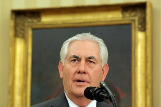 2月1日、米国務長官に承認されたレックス・ティラーソン氏(写真)は、極端に厳しい外交環境の下で就任せざるを得なくなった。ワシントンで撮影(2017年 ロイター/Carlos Barria)