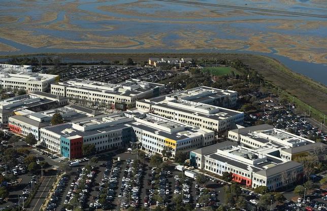 2月2日、トランプ大統領が表明している就労ビザプログラムの見直しは、シリコンバレーのIT企業の中でもフェイスブックへの影響が最も大きい─。企業が労働省に提出した文書をロイターが分析したところ、こうした結果が浮かび上がった。写真はカリフォルニア州サンフランシスコ湾沿いのフェイスブック本社キャンパスの航空写真。1月撮影(2017年 ロイター/Noah Berger)