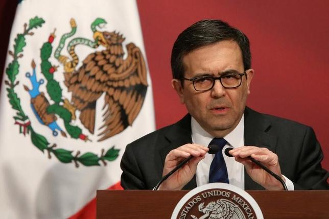 2月2日、メキシコのグアハルド経済相(写真)は、同国、米国、カナダの3カ国は北米自由貿易協定(NAFTA)の再交渉にあたり、原産地規則を変更する可能性があると語った。写真は1日、メキシコシティで開かれた「メイド・イン・メキシコ」イベントで撮影(2017年 ロイター/Edgard Garrido)