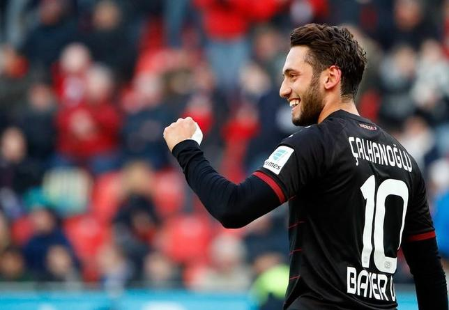 2月2日、サッカーのドイツ1部、ブンデスリーガのレーバークーゼンに所属するハカン・チャルハノールが4カ月間の出場禁止処分を受けた。1月撮影(2017年 ロイター/Wolfgang Rattay)