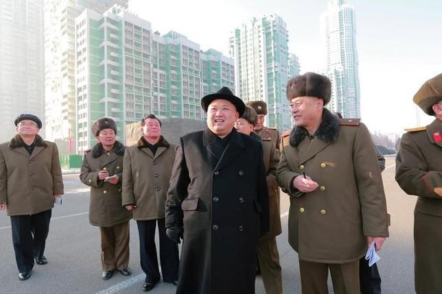 2月3日、韓国統一省の鄭俊熙報道官はの定例会見で、金元弘国家保衛相が解任されたと明らかにした。これに先立つメディアの報道を確認した。写真は建設現場を視察する北朝鮮の金正恩・朝鮮労働党委員長。朝鮮中央通信(KCNA)提供写真(2017年 ロイター)