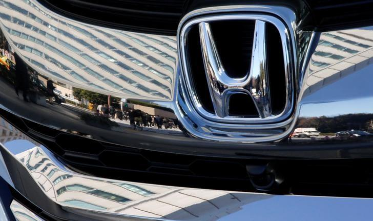 People are reflected on a Honda Motor car outside the company's headquarters in Tokyo, Japan February 2, 2017.  Picture taken February 2, 2017.   REUTERS/Toru Hanai