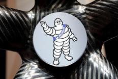 Michelin signe vendredi la plus forte hausse du CAC 40, le marché saluant l'annonce par le fabricant de pneumatiques d'une nouvelle hausse de ses tarifs, cette fois en Europe. /Photo d'archives/REUTERS/Benoit Tessier