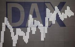 Deutsche Börse et London Stock Exchange (LSE) vont soumettre à la Commission européenne quelques petites concessions dans leur activité de compensation de produits dérivés afin d'obtenir l'aval de l'exécutif européen sur leur projet de fusion. /Photo d'archives/REUTERS/Kai Pfaffenbach