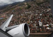 Un avión despega de la ciudad de Cuzco hacia Lima. 23 de febrero de 2012. El presidente peruano Pedro Pablo Kuczynski defendió el viernes la construcción de un nuevo aeropuerto en la región andina del Cuzco de 500 millones de dólares y mandó a callar a quienes cuestionan el proyecto y al consorcio que lo ejecutará. REUTERS/Mariana Bazo