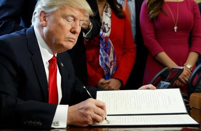 2月3日、トランプ米大統領は金融規制改革法の見直しに関する大統領令に署名した。写真は3日、ホワイトハウスで撮影(2017年 ロイター/Kevin Lamarque)