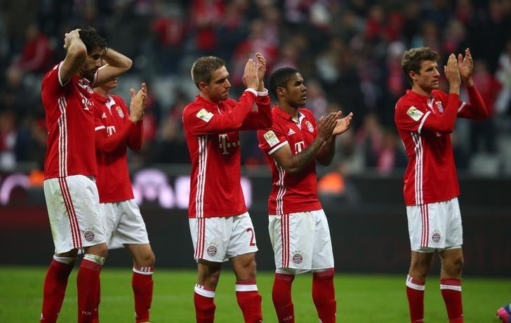 Football Soccer - Bayern Munich v FC Schalke 04 - German Bundesliga - Allianz-Arena, Munich, Germany - 04/02/17 - Players of Bayern Munich applaud fans at the end of the game. REUTERS/Michael Dalder