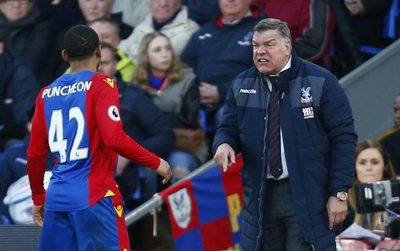 Britain Football Soccer - Crystal Palace v Sunderland - Premier League - Selhurst Park - 4/2/17 Crystal Palace manager Sam Allardyce gives instructions to Jason Puncheon  Reuters / Andrew Winning Livepic
