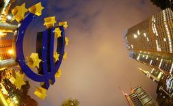 Imagen de archivo del símbolo del euro junto a la sede del Banco Central Europeo (BCE) en Fráncfort. 2 septiembre 2013. La tasa cambiaria del euro es demasiado baja para Alemania y la política monetaria expansiva del Banco Central Europeo (BCE) ha impulsado el superávit exportador de la economía germana, afirmó el ministro de Finanzas, Wolfgang Schaeuble, en una entrevista en un diario. REUTERS/Kai Pfaffenbach