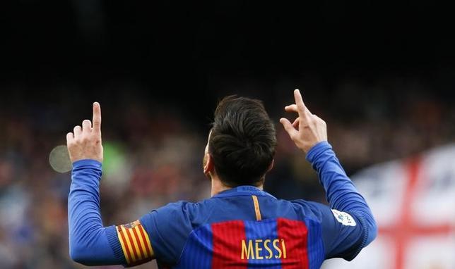 2月4日、サッカーのスペイン1部、昨季王者バルセロナはホームでビルバオに3─0で勝利。リオネル・メッシが自身通算27回目となるFK成功でクラブ新記録を樹立した(2017年 ロイター/Albert Gea)