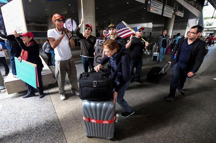 Demonstrators in support of the immigration rules implemented by U.S. President Donald Trump's administration, rally at Los Angeles international airport in Los Angeles, California, U.S., February 4, 2017. REUTERS/Ringo Chiu