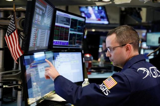 2月3日、6日から始まる週の米国株式市場では、米主要企業の決算が主な注目材料となりそうだ。写真はNY証券取引所のトレーダー、1月撮影(2017年 ロイター/Lucas Jackson)