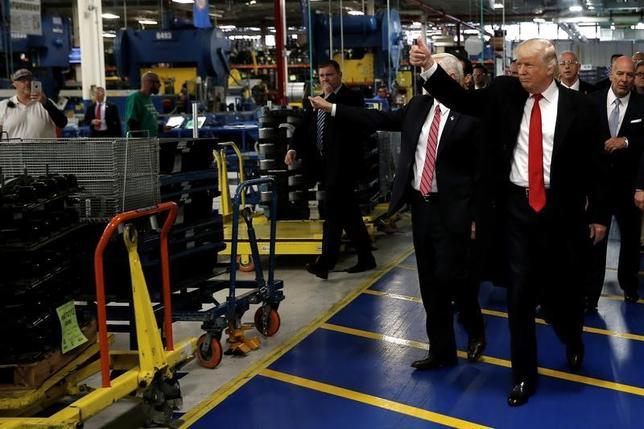 2月3日、トランプ米大統領(右)は、製造業での雇用の不振を大統領令で正すことはできないと思い知るだろう。インディアナ州にある米空調大手キャリアの工場で昨年12月撮影(2017年 ロイター/Mike Segar)