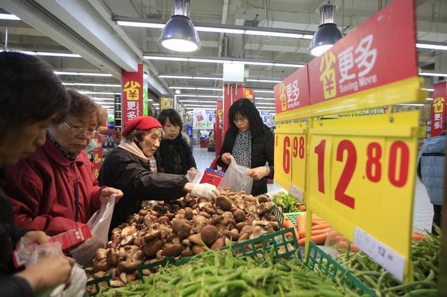 2月6日、財新/マークイットが発表した1月の中国サービス部門購買担当者景気指数(PMI)は季節調整済みで53.1と、前月の53.4からやや低下した。写真は上海のスーパーマーケットで昨年3月撮影(2017年 ロイター/Aly Song)