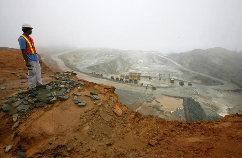 FILE PHOTO -  A worker looks at the Rapu Rapu open pit mine owned by the Australian firm Lafayette mining in Albay province, central Philippines February 5, 2007.   REUTERS/Romeo Ranoco/File Photo