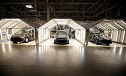 Las bolsas europeas cotizaban a la baja en las primeras operaciones del lunes, cuando el índice DAX de Fráncfort se comportaba peor que el resto por el sector automovilístico, mientras que las empresas mineras de metales preciosos daban soporte por los precios al alza del oro.   En la imagen, coches Volkswagen en una fábrica del grupo en Palmela, Portugal, el 9 de diciembre de2016.  REUTERS/Rafael Marchante