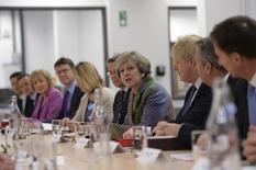 Más de la mitad de los líderes empresariales británicos cree que la votación a favor de abandonar la Unión Europea ha tenido un impacto negativo en sus compañías, pero la mayoría de las empresas confía en que puedan sobrevivir al cambio, según un sondeo publicado el lunes.  En la imagen, la primera ministra británica Theresa May en una reunión del Gabinete en Runcorn, Cheshire, mientras prepara una estrategia industrial post-Brexit, en Reino Unido, el 23 de enero de 2017. REUTERS/Stefan Rousseau/Pool