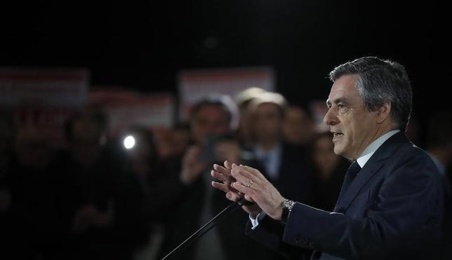 2月6日、フランス大統領選に出馬している中道・右派統一候補のフィヨン元首相(共和党)は、1500GMT(日本時間7日午前0時)に記者会見を開く。2日撮影(2017年 ロイター/Christian Hartmann)