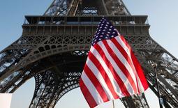 En la imagen, una bandera estadounidense durante una manifestación de mujeres junto a la Torre Eiffel en París el 21 de enero de 2017.La confianza de los inversores en la zona euro se deterioró ligeramente en febrero, debido a la preocupación sobre las políticas del presidente de Estados Unidos, Donald Trump, que podrían tener un impacto en la economía global, mostró el lunes un sondeo.  REUTERS/Mal Langsdon