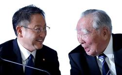 Toyota Motor Corp y Suzuki Motor Corp anunciaron el lunes que habían acordado iniciar conversaciones formales destinadas a asociarse en áreas como gestión compartida, vehículos ecológicos, informática y tecnologías de seguridad. En esta imagen de archivo, el presidente de Toyota, Akio Toyoda (I), y el de Suzuki Motor, Osamu Suzuki, durante una rueda de prensa conjunta en Tokio el 12 de octubre de 2016. REUTERS/Toru Hanai/File Photo