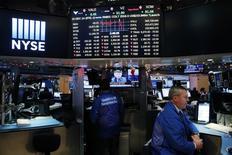 Wall Street a ouvert lundi en légère baisse. L'indice Dow Jones perd 66,26 points, soit 0,33%. /Photo prise le 14 décembre 2016/REUTERS/Lucas Jackson
