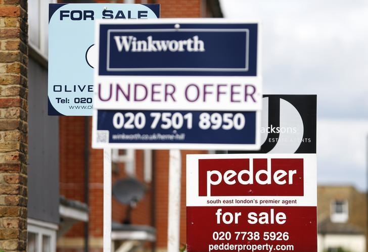 Signs advertising homes, sold, for sale and under offer, are seen on a road in south London August 13, 2013. REUTERS/Andrew Winning