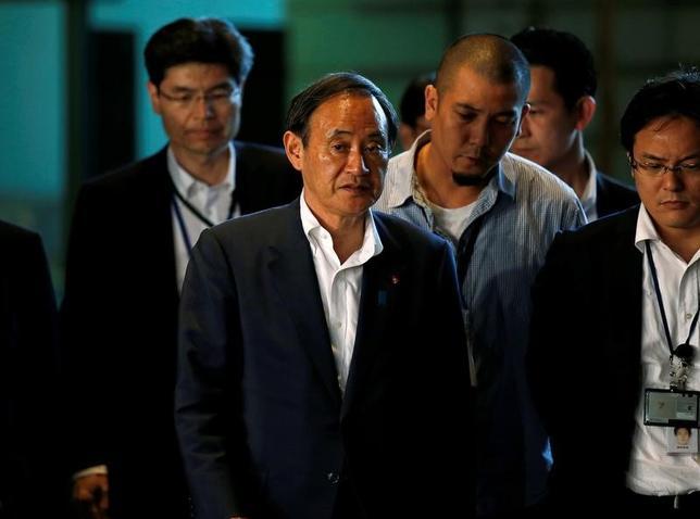 2月7日、菅義偉官房長官(写真前列中央)は閣議後会見で、10日の日米首脳会談の際、通商ルールを日米共同で作成するよう日本側が提案すると一部で報じられていることについて「指摘のようなことを検討している事実はない」と述べた。写真は安倍首相官邸で昨年7月撮影(2017年 ロイター/Toru Hanai)