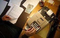 Le déficit budgétaire 2016 de la France s'est élevé à 69,0 milliards d'euros contre 70,5 milliards en 2015, annonce mardi le secrétariat d'Etat au Budget, qui confirme ainsi les estimations publiées mi-janvier. /Photo d'archives/REUTERS/Lisi Niesner