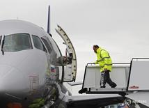 Самолет Sukhoi Superjet 100 в аэропорту Фарнборо, Англия 8 июля 2012 года. Российский производитель самолётов Объединенная авиастроительная корпорация (ОАК) планирует увеличить выпуск самолетов в 2017 году до 152 со 143 в прошлом году, сообщил во вторник глава ОАК Юрий Слюсарь. REUTERS/Luke MacGregor
