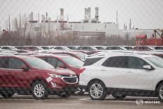 Автомобили у завода General Motors CAMI в Ингерсолле, Онтарио 27 января 2017 года.  General Motors Co сообщила во вторник о снижении чистой прибыли в четвёртом квартале, что частично связано с убытками от изменения курсов валют в размере $500 миллионов. REUTERS/Geoff Robins