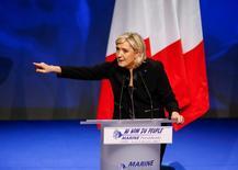 La preocupación entre los inversores de que la ultraderecha podría ganar las elecciones presidenciales en Francia y sacar al país de la Unión Europea presionaban el martes la prima que los inversores demandan frente al bono alemán por quedarse con deuda francesa a su máximo nivel desde noviembre de 2012. En la imagen, Marine Le Pen, líder del partido político francés Frente Nacional y candidata a las elecciones presidenciales de 2017, en Lyon, Francia, el 5 de febrero de 2017. REUTERS/Robert Pratta