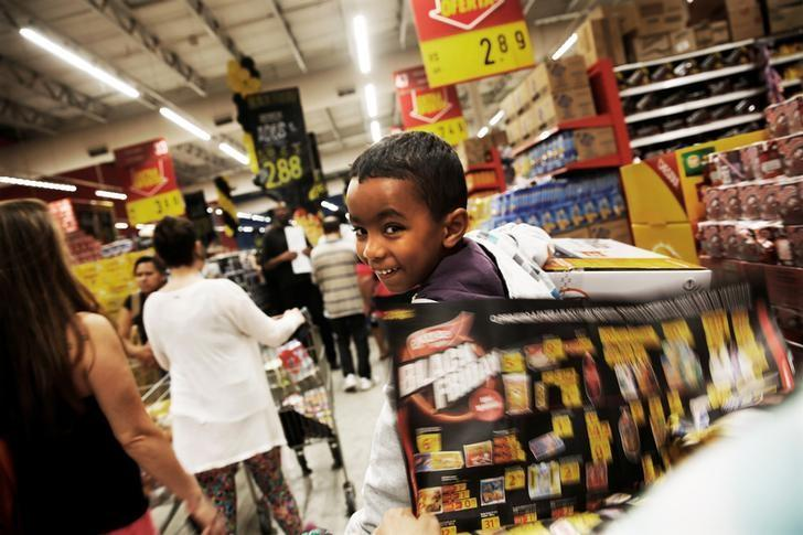A child rides in a shopping cart on Black Friday at a store in Sao Paulo, Brazil, November 24, 2016. REUTERS/Nacho Doce
