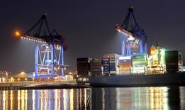 Le déficit commercial des Etats-Unis s'est contracté davantage que prévu en décembre en raison d'exportations à leur plus haut niveau depuis un an et demi et qui ont augmenté plus vite que les importations. Le déficit commercial a baissé de 3,2% à 44,3 milliards de dollars (41,5 milliards d'euros) en décembre. /Photo d'archives/REUTERS/Fabian Bimmer