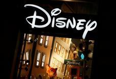 Walt Disney Company a fait état mardi d'un chiffre d'affaires trimestriel en recul de 3%, en raison notamment d'une baisse des recettes publicitaires de son bouquet de chaînes sportives ESPN. /Photo d'archives/REUTERS/Jacky Naegelen