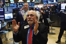 Imagen de archivo del operador Peter Tuchman mientras aplaude en el piso de la Bolsa de Nueva York (NYSE), Estados Unidos. 6 de enero 2017. El promedio industrial Dow Jones y el índice Nasdaq Composite tocaron máximos históricos el martes en la apertura de Wall Street, mientras que el S&P 500 estaba cerca de alcanzar otro récord.. REUTERS/Lucas Jackson - RTX2XSXG