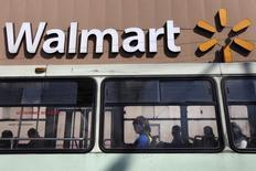 Un payaso sentado en un bus frente a una tienda de Wal-Mart en Ciudad de México. 11 de enero de 2013.  El gigante minorista Wal-Mart de México (Walmex) dijo el martes que sus ventas comparables en el país crecieron un 5.3 por ciento interanual en enero, un resultado que, pese al crecimiento, se vio afectado por protestas y saqueos debido a un alza del precio de la gasolina. REUTERS/Edgard Garrido/
