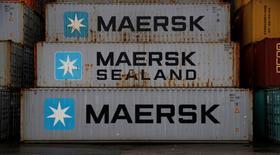 A.P. Moller-Maersk, le géant danois du transport maritime, a publié mercredi des résultats trimestriels nettement inférieurs aux attentes qui pèsent sur son cours de Bourse. Le groupe a en outre annoncé le départ prochain de son président du conseil d'administration Pram Rasmussen, qui sera remplacé fin mars par Jim Hagemann Snabe. /Photo d'archives/REUTERS/Phil Noble