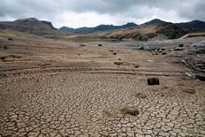 En la imagen, una panorámica de una presa sin agua en La Paz, Bolivia, el 17 de noviembre de 2016. Las principales compañías mineras del mundo advirtieron el martes que los activos se estancarán y que los inversionistas se alejarán si no se ocupan de la escasez de agua en regiones mineras como África, Australia y América Latina.REUTERS/David Mercado