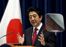 Imagen de archivo. El primer ministro de Japón, Shinzo Abe, habla durante una conferencia de prensa en Tokio, Japón. 6 de octubre 2015. Japón registró su segundo mayor superávit de cuenta corriente histórico en 2016, mostraron datos del Ministerio de Finanzas divulgados el miércoles, sólo días antes de que líderes estadounidenses y nipones se reúnan para conversaciones en que se prevé que los superávits comerciales y el tipo de cambio estén presentes en la agenda. REUTERS/Yuya Shino/File Photo