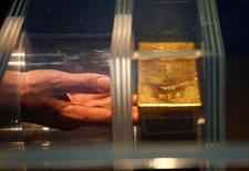 Un visitante toca una barra de oro de 12.5 kilos durante una visita en el Museo del dinero del Bundesbank alemán en Francfórt, Alemania.15 de diciembre 2016. El oro alcanzó un máximo de tres meses el miércoles, ya que el incremento del riesgo político ante las elecciones en algunos países de Europa este año y los temores por las políticas del presidente estadounidense, Donald Trump, alentaban la búsqueda de refugio en activos seguros. REUTERS/Ralph Orlowski - RTX2VAHQ