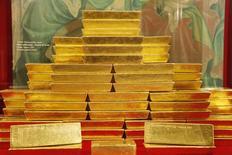 Слитки золота в ЦБ Чехии в Праге. 16 апреля 2013 года. Золото в среду подорожало до максимума за три месяца, так как связанные с выборами в Европе политические риски и опасения по поводу политики президента США Дональда Трампа подпитывали спрос на актив-убежище. REUTERS/Petr Josek