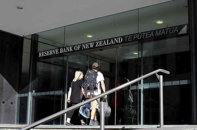 2月9日、ニュージーランド準備銀行(RBNZ、中央銀行)は、政策金利を過去最低の1.75%に据え置き、金融政策は「相当な期間」緩和的なスタンスが続くとの見通しを示した。写真はウエリントンで昨年3月撮影(2017年 ロイター/Rebecca Howard)