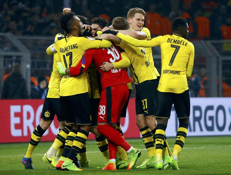 Football Soccer - Borussia Dortmund v Hertha BSC Berlin - German Cup (DFB Pokal) - Signal Iduna Park, Dortmund, Germany - 8/2/17 - Dortmund's goalkeeper Roman Buerki celebrates with team mates after winning the penalty shootout against Berlin.    REUTERS/Wolfgang Rattay