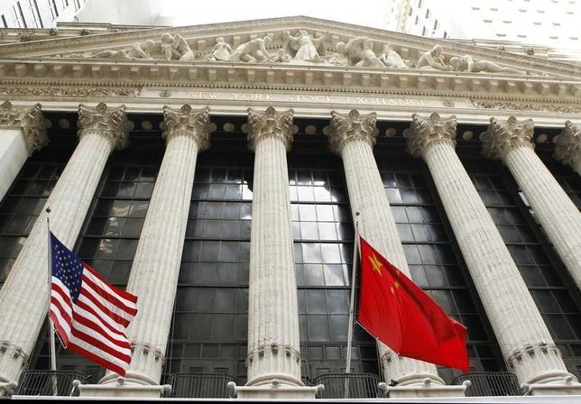 2月8日、トランプ米大統領は、中国の習近平国家主席への書簡で「建設的な関係構築」に向け国家主席と協力していくことを楽しみにしていると表明した。写真は米国と中国の国旗。ニューヨークで2011年3月撮影(2017年 ロイター/Lucas Jackson)