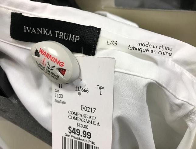 2月8日、トランプ米大統領が米百貨店ノードストロームに対して放った最新の「ツイッター砲」について、失望すべき理由はたくさんある。写真は、同大統領の娘が手掛けるブランドのブラウス。加トロントにある小売店で3日撮影(2017年 ロイター/Chris Helgren)